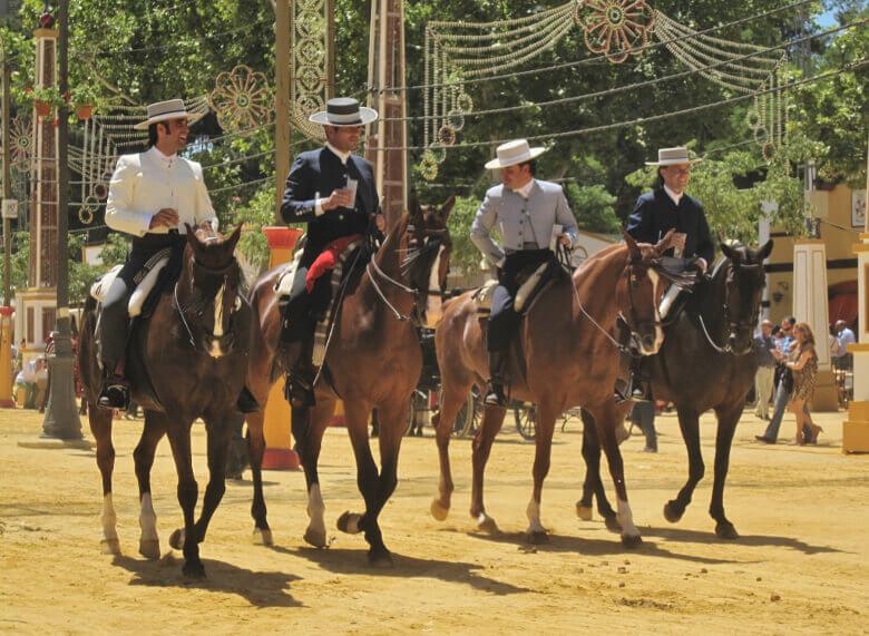 Vier traditionell gekleidete Reiter auf Pferden in Jerez de la Frontera