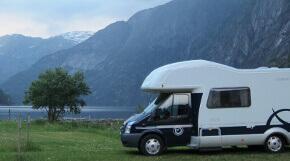 Wohnmobil in Norwegen vor Bergen und einem See