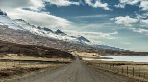 Wilde Landschaft und Straße in Island