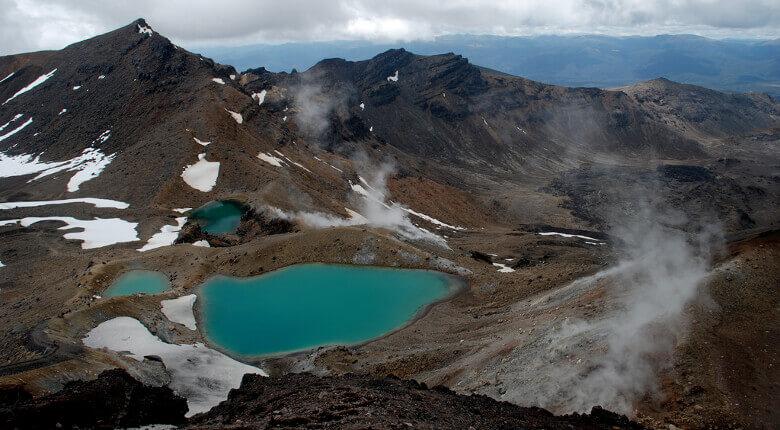 Kraterseen und dampfende Erde im Tongariro National Park