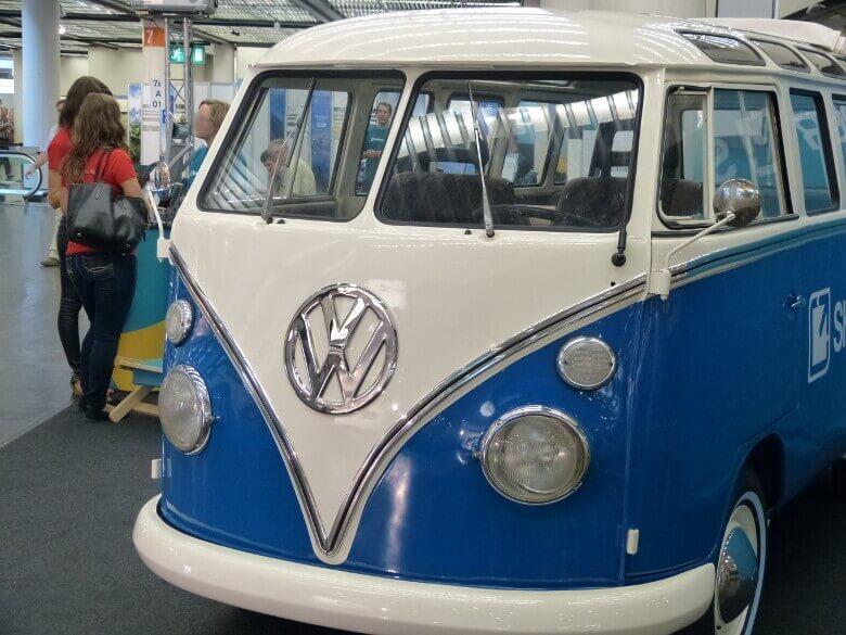 Blauer VW Bulli