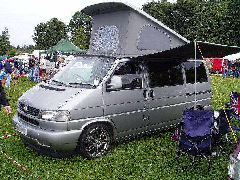 VW T4 Camper mit ausgebautem Schlafdach und Markise