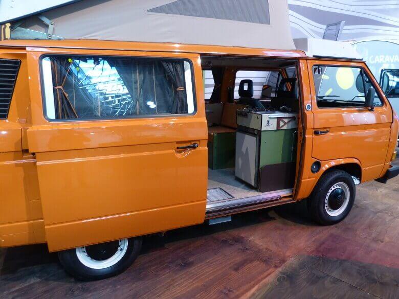 Orangefarbener Vintage VW Camper