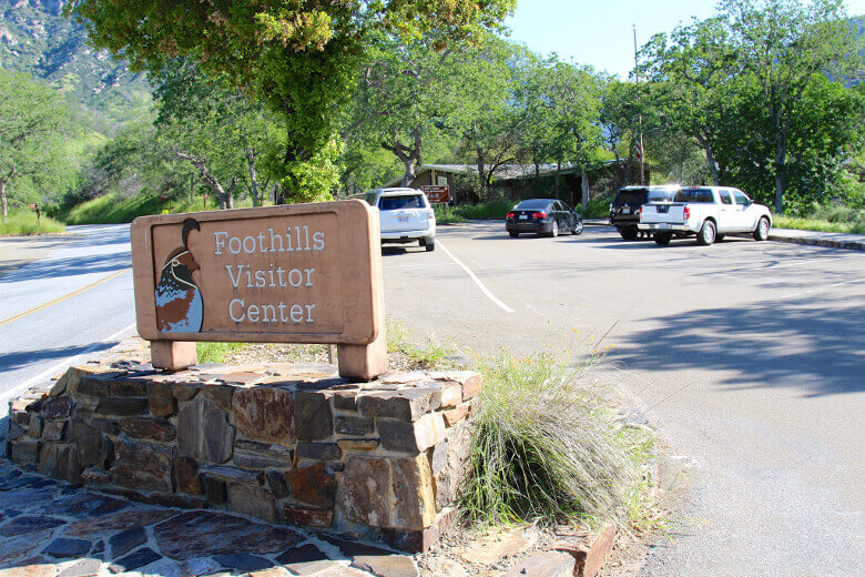 Schild und Parkplatz des Foothills Visitor Centers im Sequoia National Park
