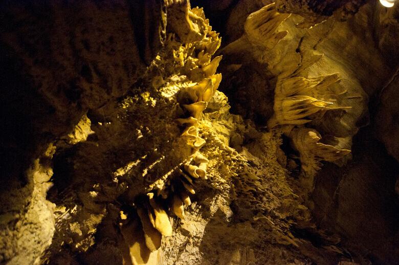 Crystal Cave im Sequoia National Park mit bizarren Gesteinsformationen