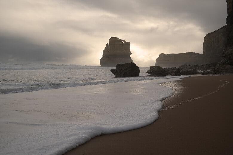 Die Twelve Apostles vom Strand aus