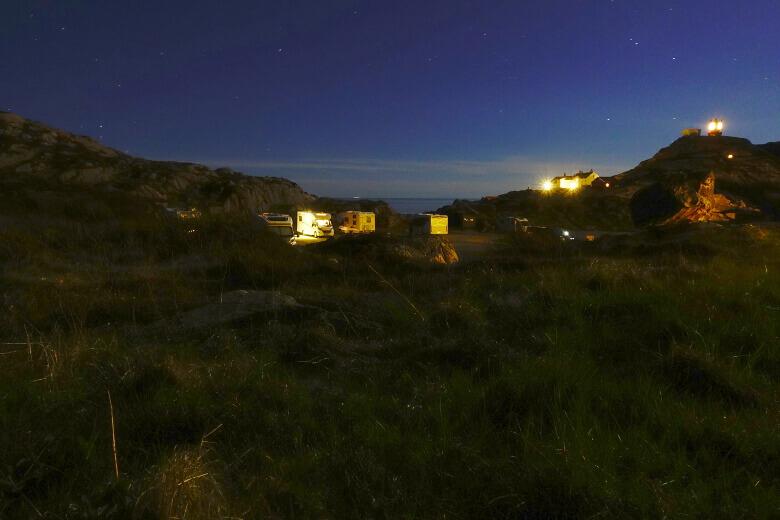 Stellplatz mit Wohnmobilen am Lindesnes Leuchtturm bei Nacht