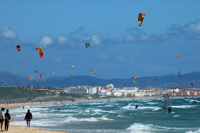 Kitesurfer in Tarifa in Andalusien