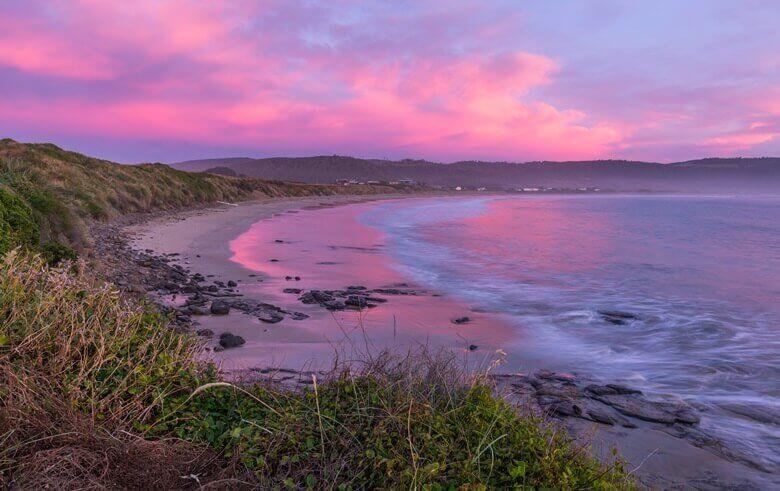 Blick über die Curio Bay in Neuseeland bei Sonnenuntergang