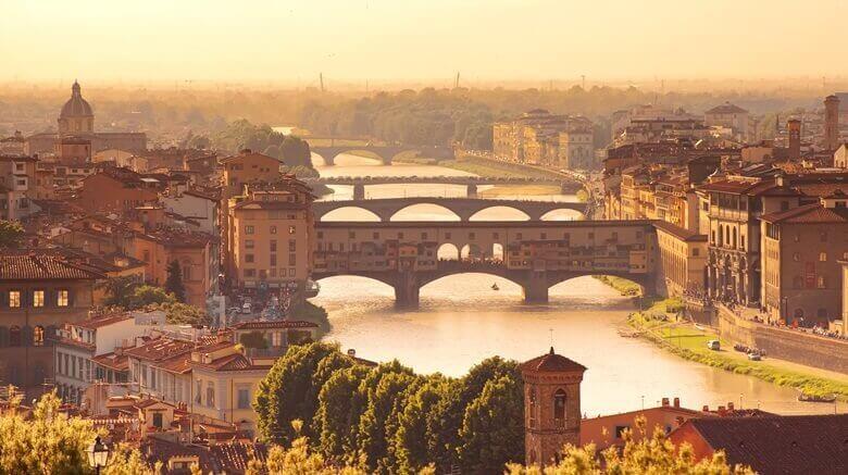 Florenz mit seinen Brücken bei Sonnenuntergang