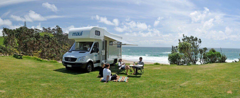 Wohnmobilurlauber campen am Strand in Neuseeland