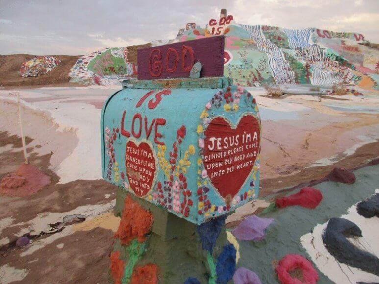 Der bunte Salvation Mountain mit Briefkasten in der kalifornischen Wüste