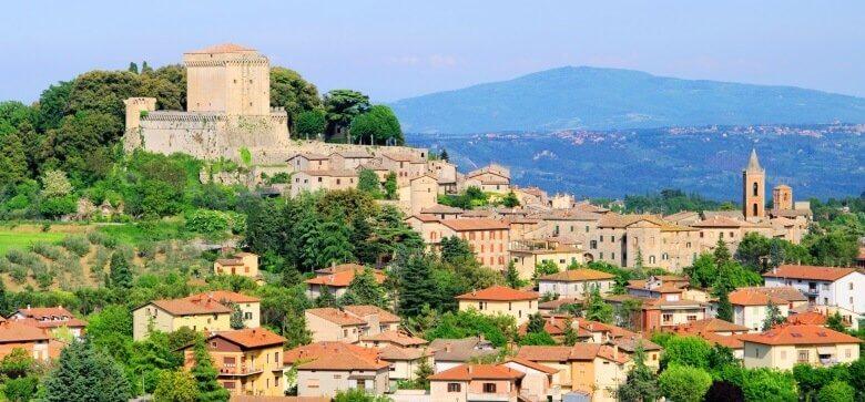 Die Bergstadt Sarteano in der Toskana mit seiner Burg und der Festungsmauer