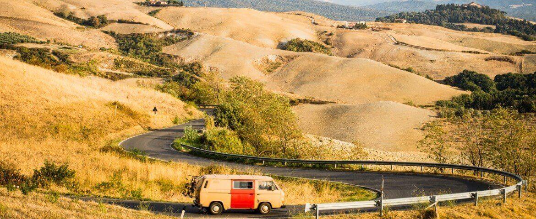 Wohnmobil auf einer kurvigen Straße in den Hügeln der Toskana