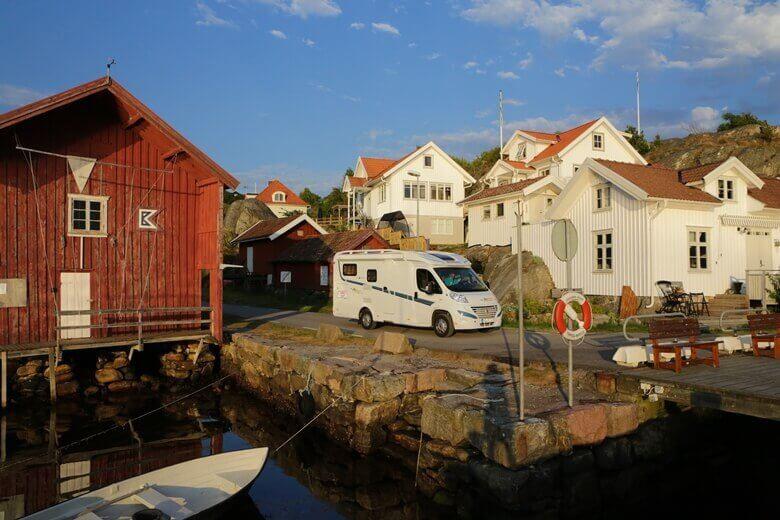 Wohnmobil in einem kleinen Ort in Schweden