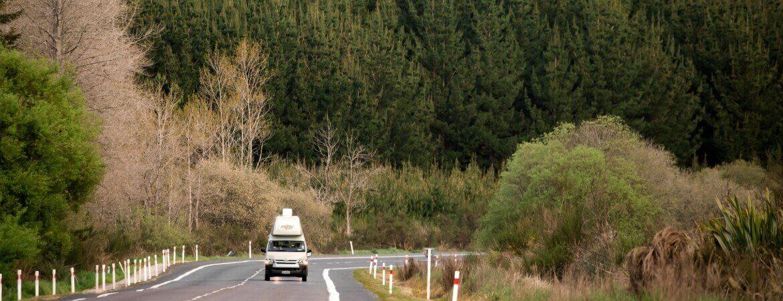 Maui-Wohnmobil auf einer Straße, die durch den Wald führt