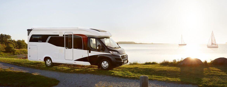 Campingfahrzeug an einem kostenlosen Wohnmobilstellplatz am See