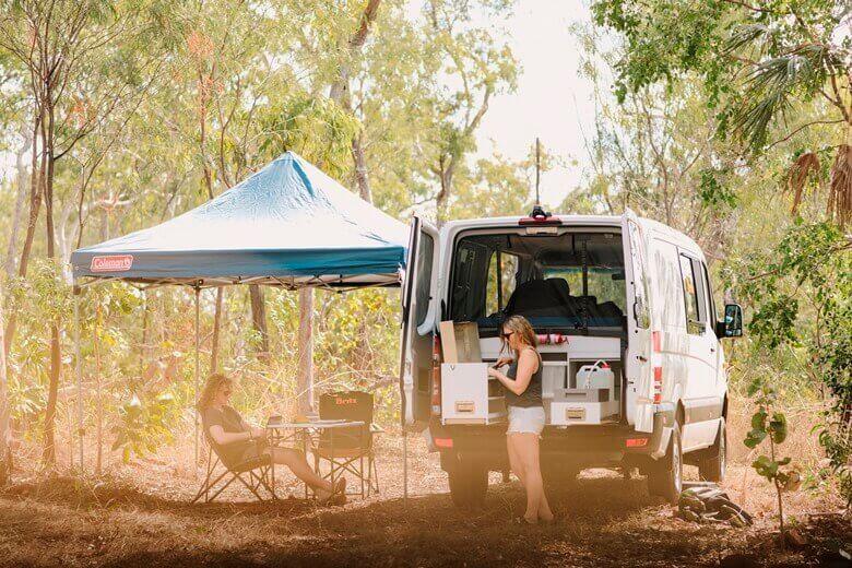 Zwei Personen in einem Camper von Britz