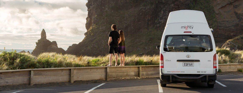 Pärchen in Island vor dem Mighty-Wohnmobil für zwei Personen