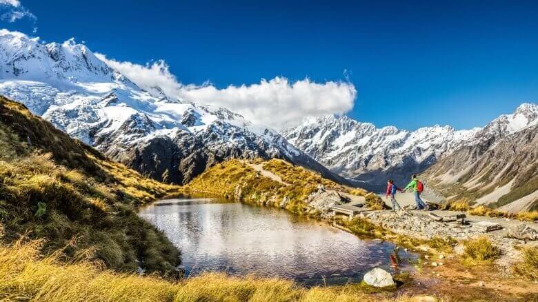 Pärchen wandert auf der Südsinsel von Neuseeland zum Mount Cook