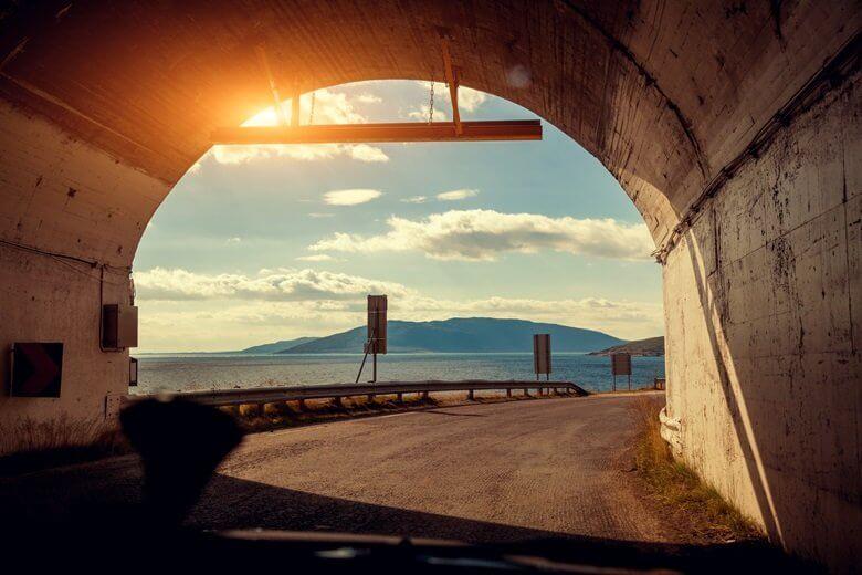 Fahrt durch den Nordkap-Tunnel in Norwegen