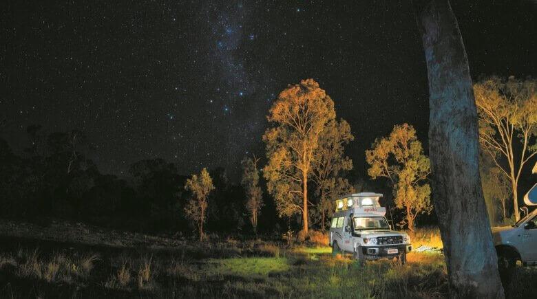 Maui-Camper im Outback von Australien unter dem Sternenhimmel