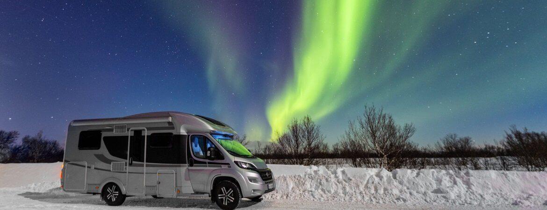 Wohnmobil unter Polarlichtern im Norden von Europa