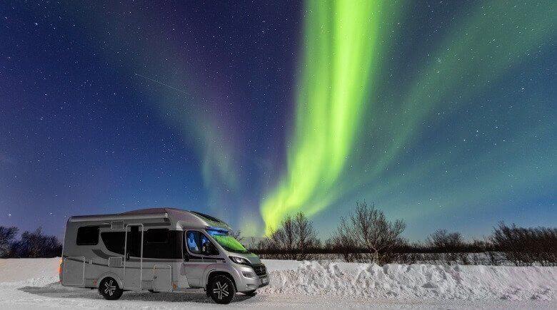 Wohnmobil vor den Polarlichtern in Nordnorwegen