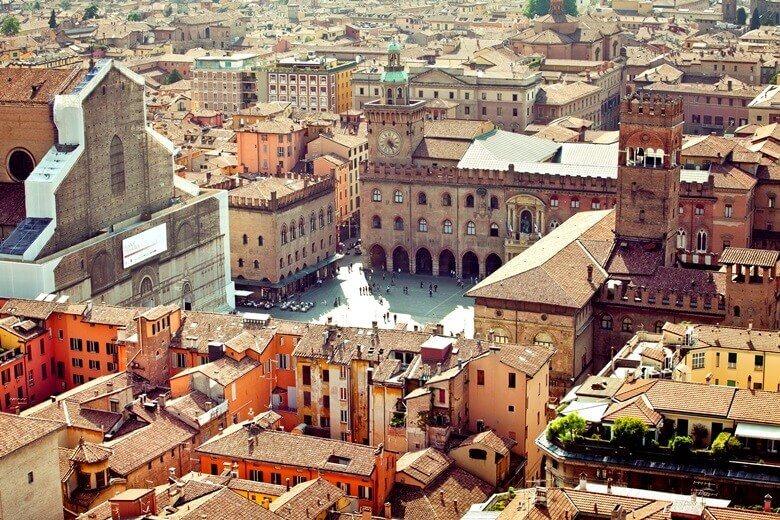 Blick auf Bolognas Arkaden in Italien