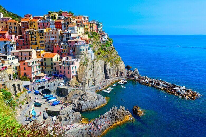 Bunte Häuser von Riomaggiore an der Küste von Ligurien in Italien