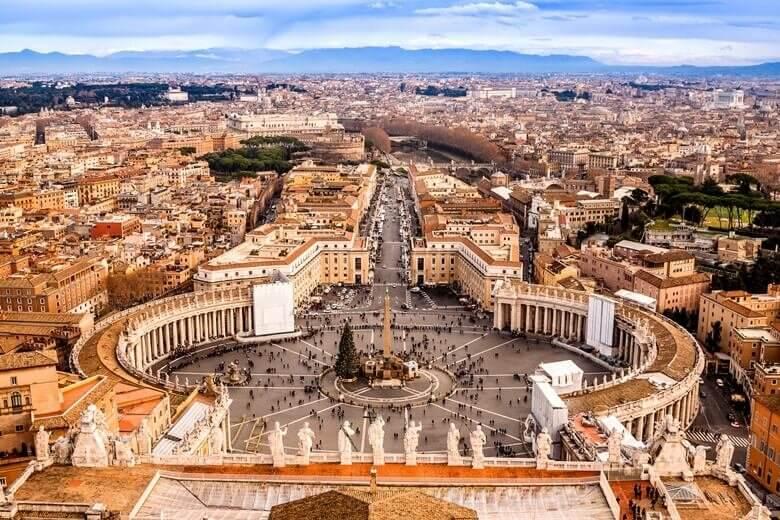 Blick auf Vatikanstadt in Rom mit dem berühmten Petersdom