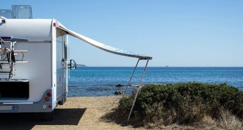 Wohnmobil auf einem Stellplatz bei Sardegna direkt am Meer