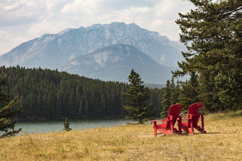 Blick auf den Jognson Lake im Banff National Park in Kanada