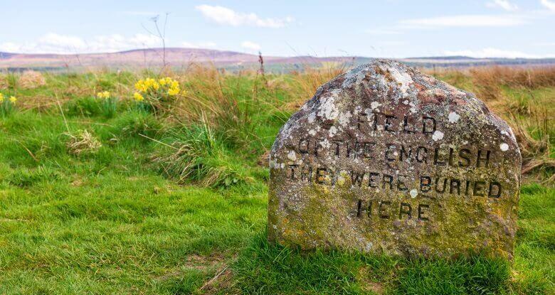 Gedenkstein auf den Schlachtfeldern von Culloden in Schottland