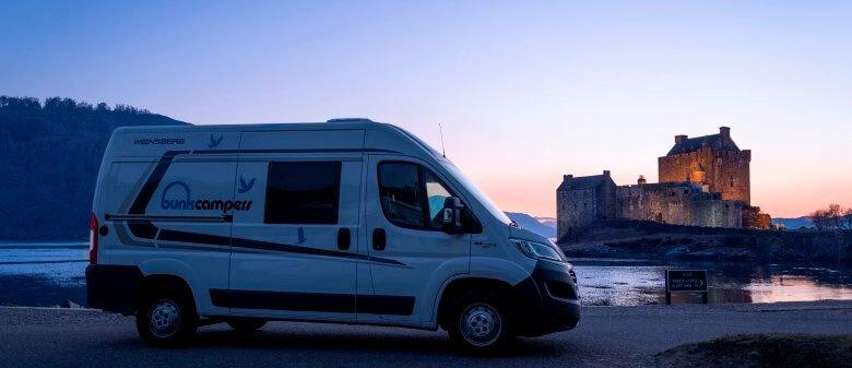 Wohnmobil vor dem Eilean Donan Castle auf einer Schottland-Rundreise