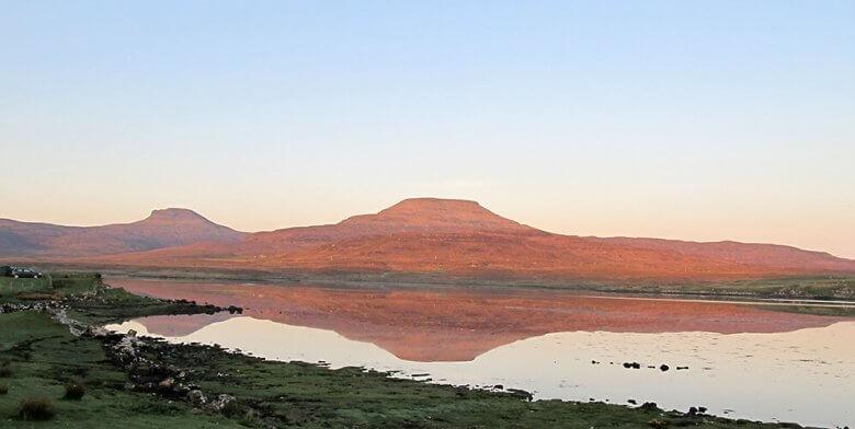 Blick vom Kinloch Campingplatz in Schottland auf die Berge