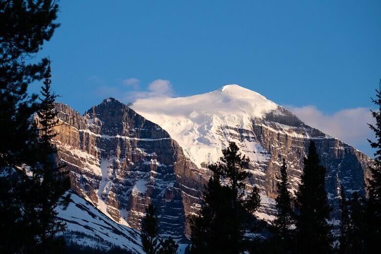 Blick auf die Berge vom Lake Louise Campground im kanadischen Banff National Park