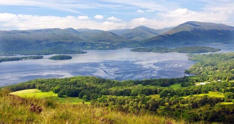 Blick über den Loch Lomond im Trossachs National Park in Schottland