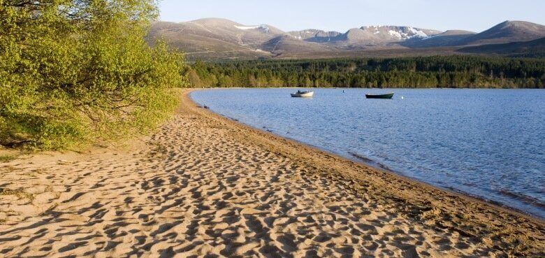 Sandstrand am Loch Morlich im Cairngorms National Park in Schottland