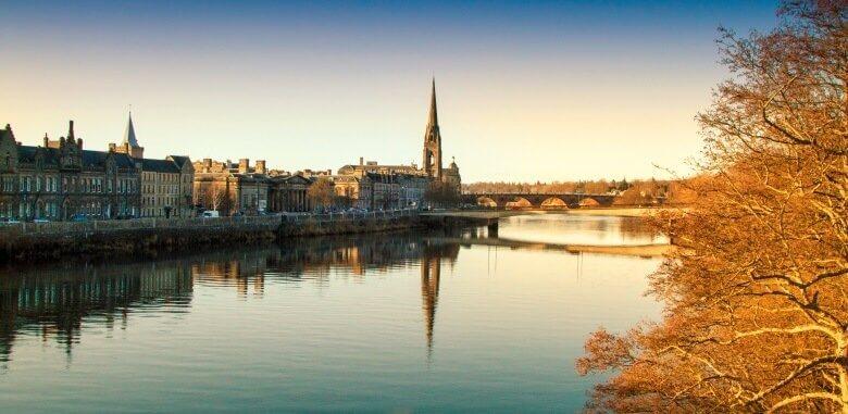 Das Städtchen Perth in Schottland bei Sonnenuntergang