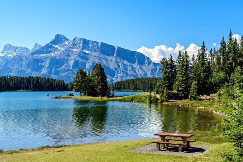 Picknicktisch am Two Jack Lake im Banff National Park in Kanada