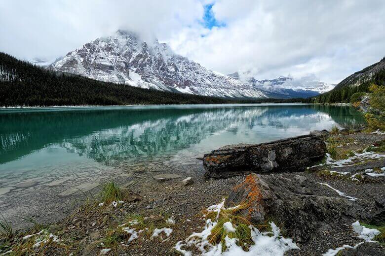 Blick auf einen der Waterfowl Lakes im Banff National Park in Kanada