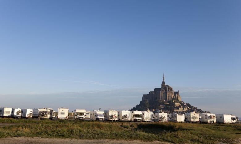 Wohnmobile vor dem Mont Sant Michel in der Normandie