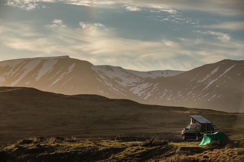 Wohnmobil im Herbst in den schottischen Highlands