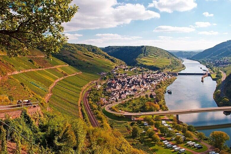 Blick über die spätsommerliche Landschaft in der Pfalz bei Neef