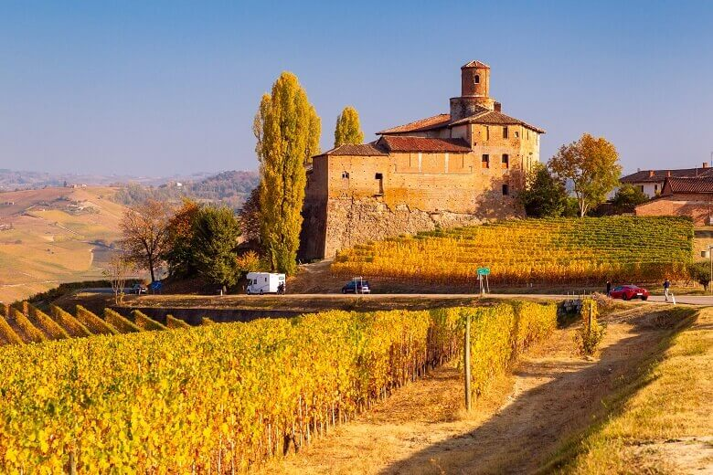 Wohnmobil im Herbst in Piemont, Norditalien