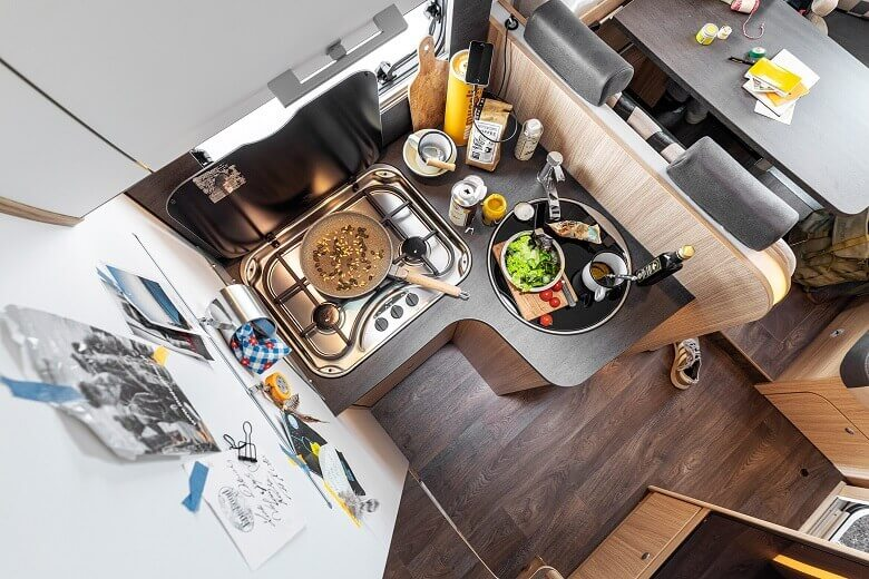 Blick auf die Wohnmobil-Küche