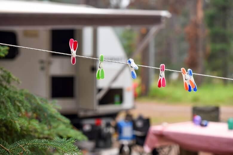 Wäscheleine auf einem Campingplatz