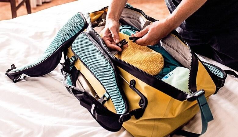 Reisetasche auf einem Bett