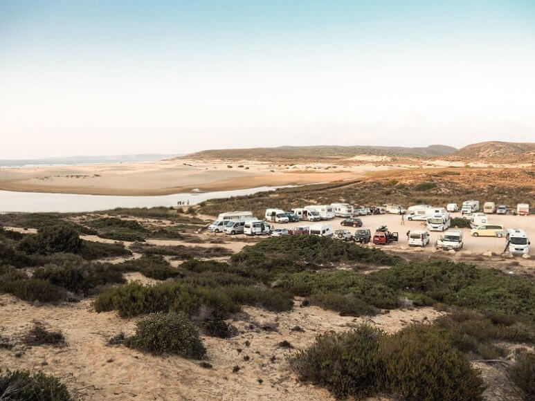 Wohnmobile auf einem portugiesischen Campingplatz am Meer